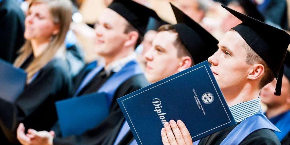 Студенти отримують диплом