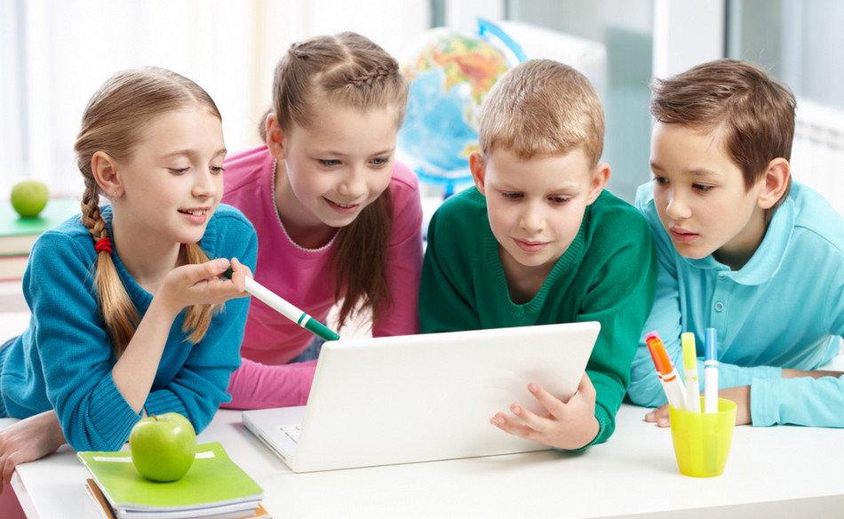 Діти з ноутбуком