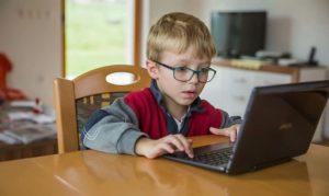 Школяр за комп'ютером