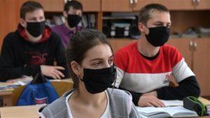Школярі у масках на навчанні