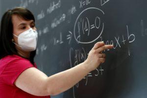 Вчитель у масці