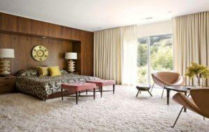 Спальня із світлим ковроліном